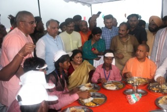 Yogi Adityanath relish the meal prepared at Akshaya Patra kitchen